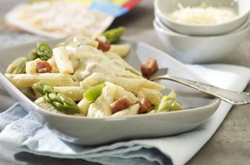 Pasta cremosa con jamón y espárragos
