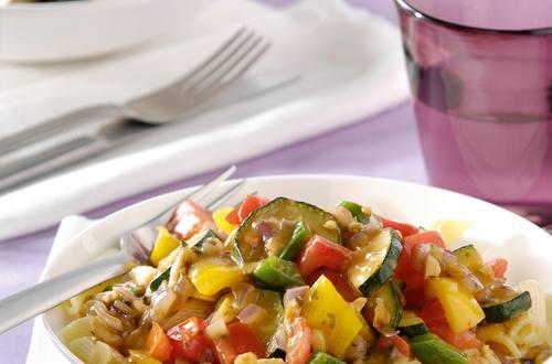 Penne Italiano met verse groenten- en amandelsaus