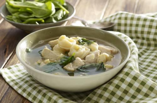 Sopa de pollo, espinacas y tortellini