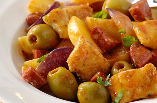Spaans vispotje met chorizo, olijven, rode uien en aardappeltjes