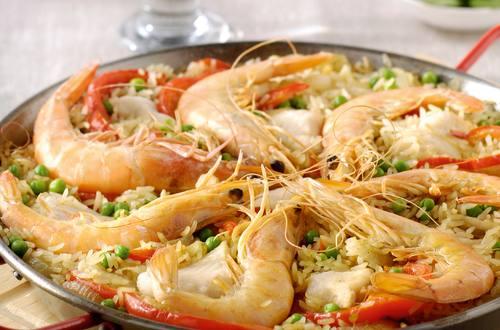 Paella met paprika en grote garnalen