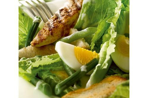 Caesar Salade met gegrilde kip, sperziebonen en croutons