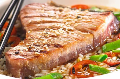 Geroosterde tonijn in bouillon met rijst en pepertjes
