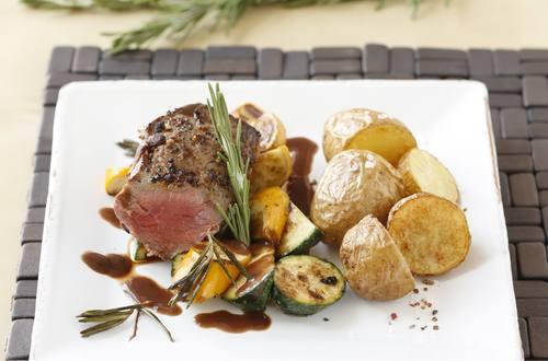 Hueftsteak_mit_Rosmarin-Rotwein-Sauce,_Zucchetti_und_Kartoffeln