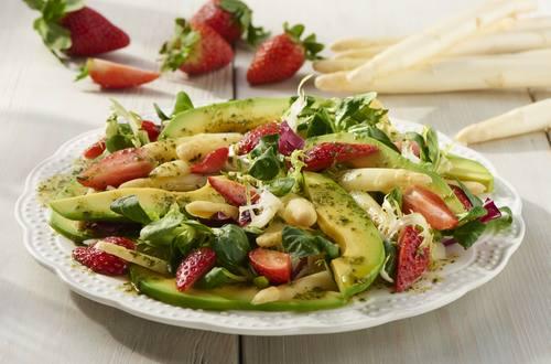Weißer Spargelsalat mit Erdbeeren