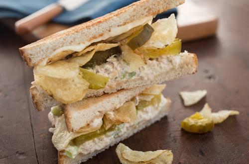 Sándwiches crocantes de papa y atún