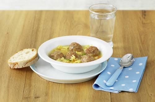Knorrli Suppe mit Fleischkügeli
