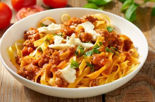 Tallarines a la boloñesa con mozzarella