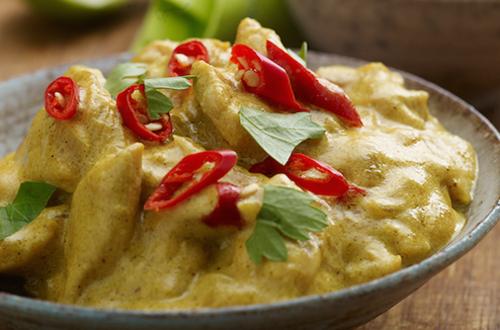 Supergemakkelijke curry van kip met zoetzure komkommersalade