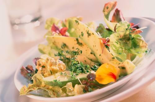 Eichblattsalat mit Avocado und Kresse Bildausschnitt