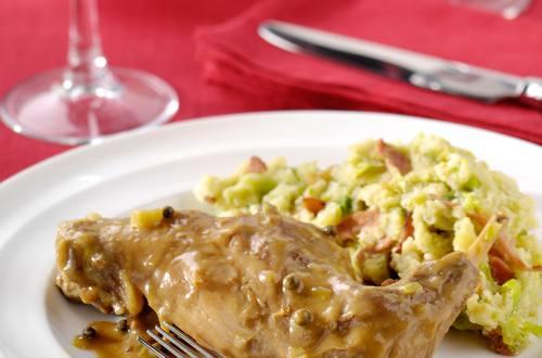 Cuisses de lapin, sauce au poivre et potée de choux de Bruxelles au bacon