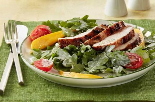 Ensalada de pollo asado con aderezo de limón verde y aguacate