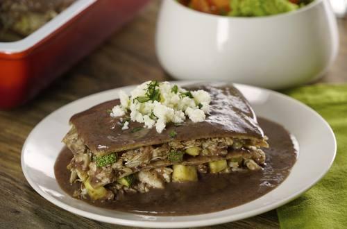 Pastel Azteca de Frijol con Pollo y Calabacitas