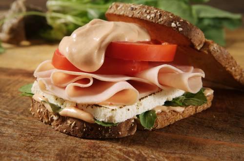Sanduíche de peito de peru com queijo branco e molho rosê
