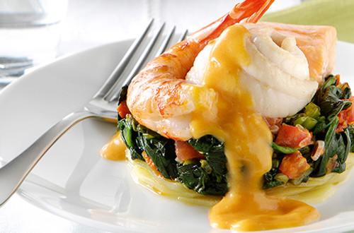 Vis- en gambatorentjes met aardappel en spinazie