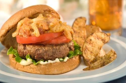 Burger mit Käse-Röstzwiebeln