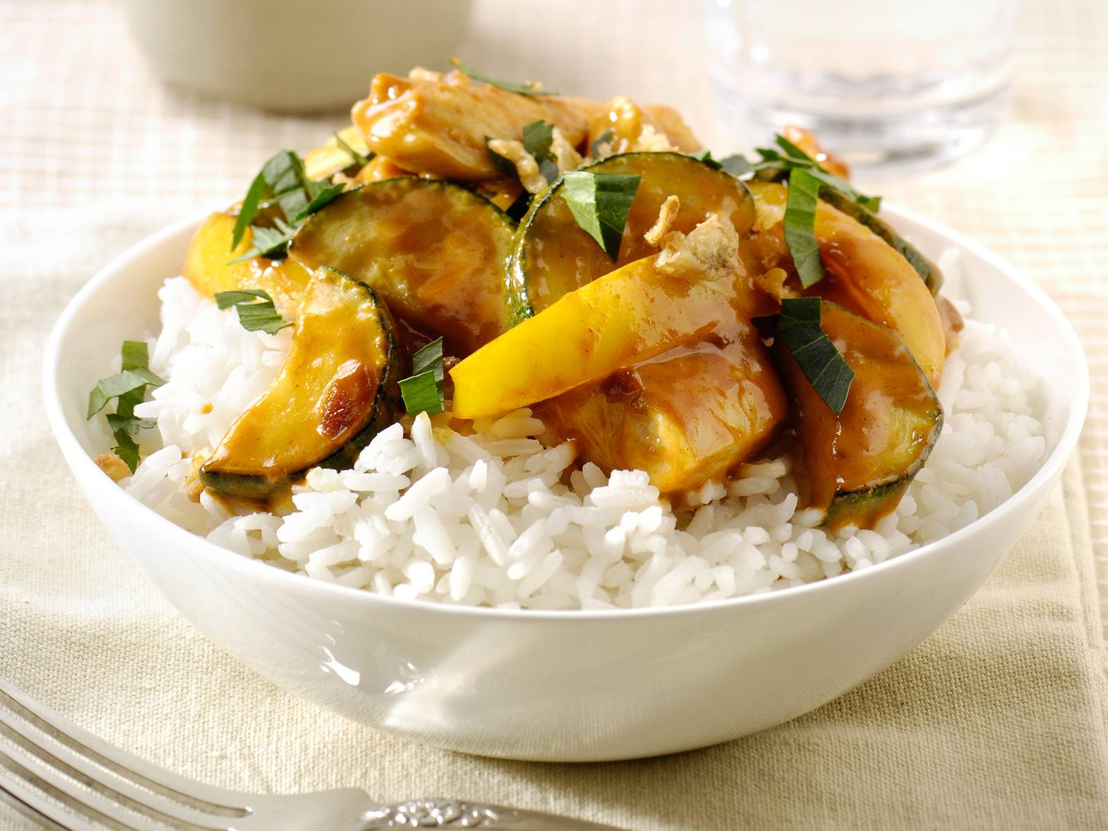 Kerrie Kip met courgette en gele paprika en witte rijst