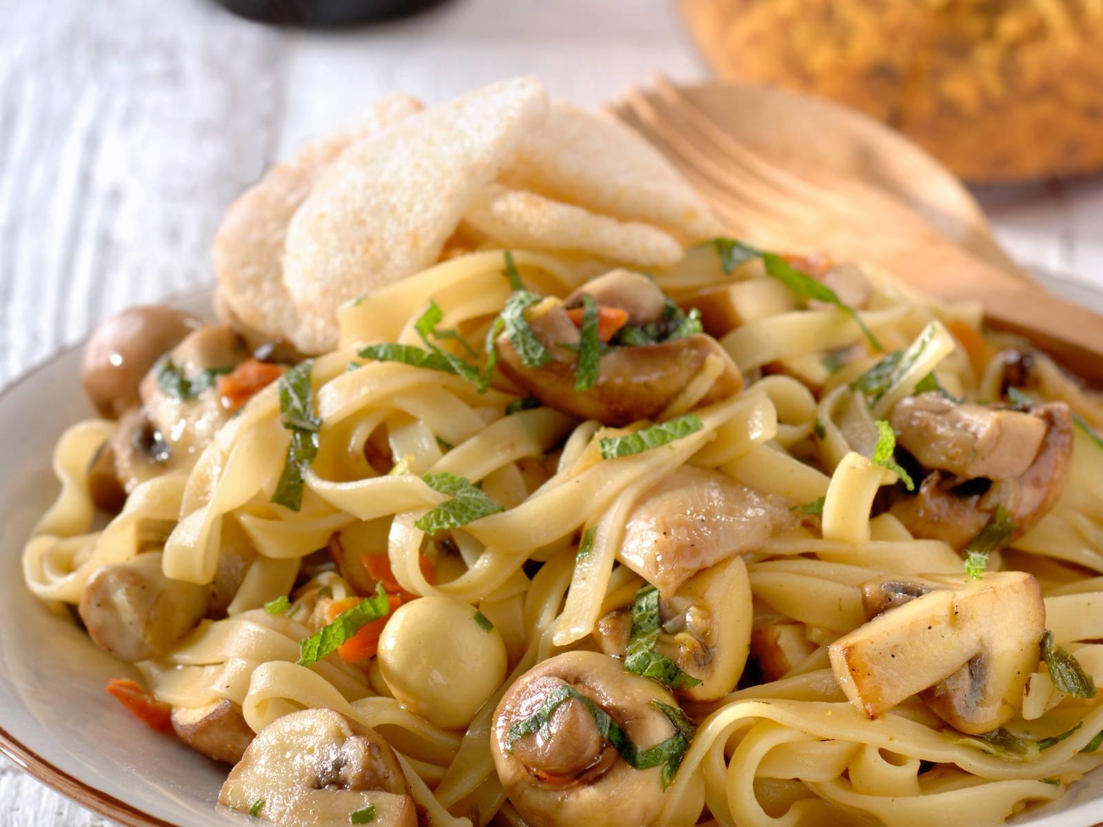 Bami Speciaal met paddenstoelen, munt en seroendeng
