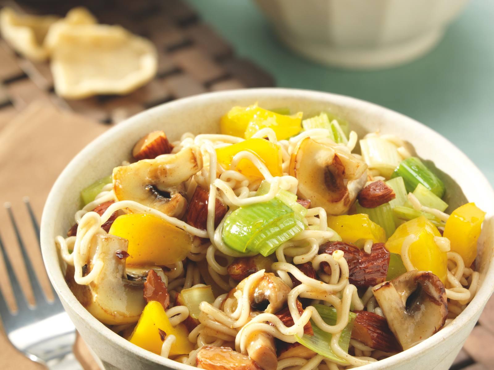 Gewokte five spice noedels met paddenstoelen en amandelen