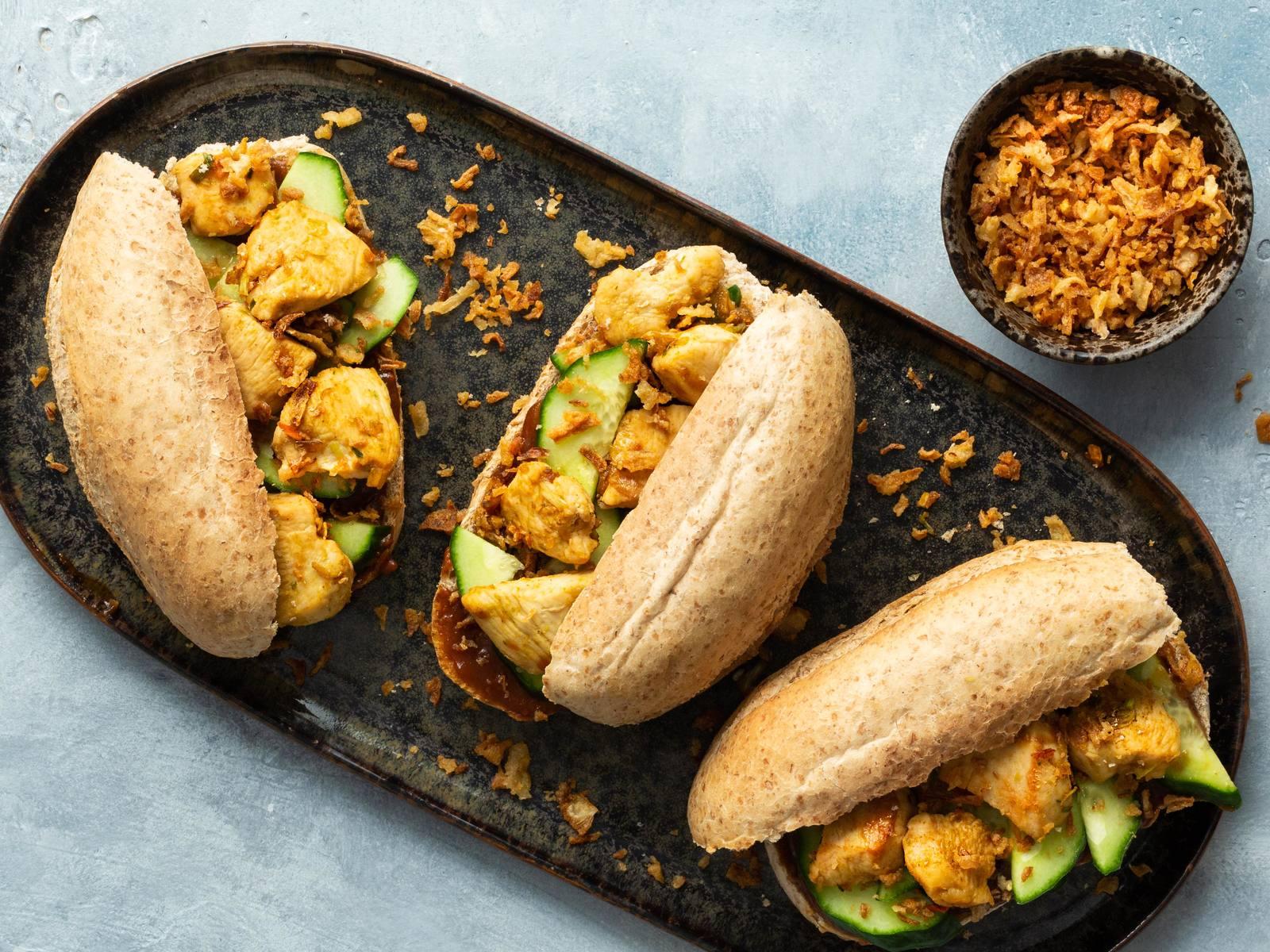 Kipsandwich met pindasaus, komkommer en gebakken uitjes