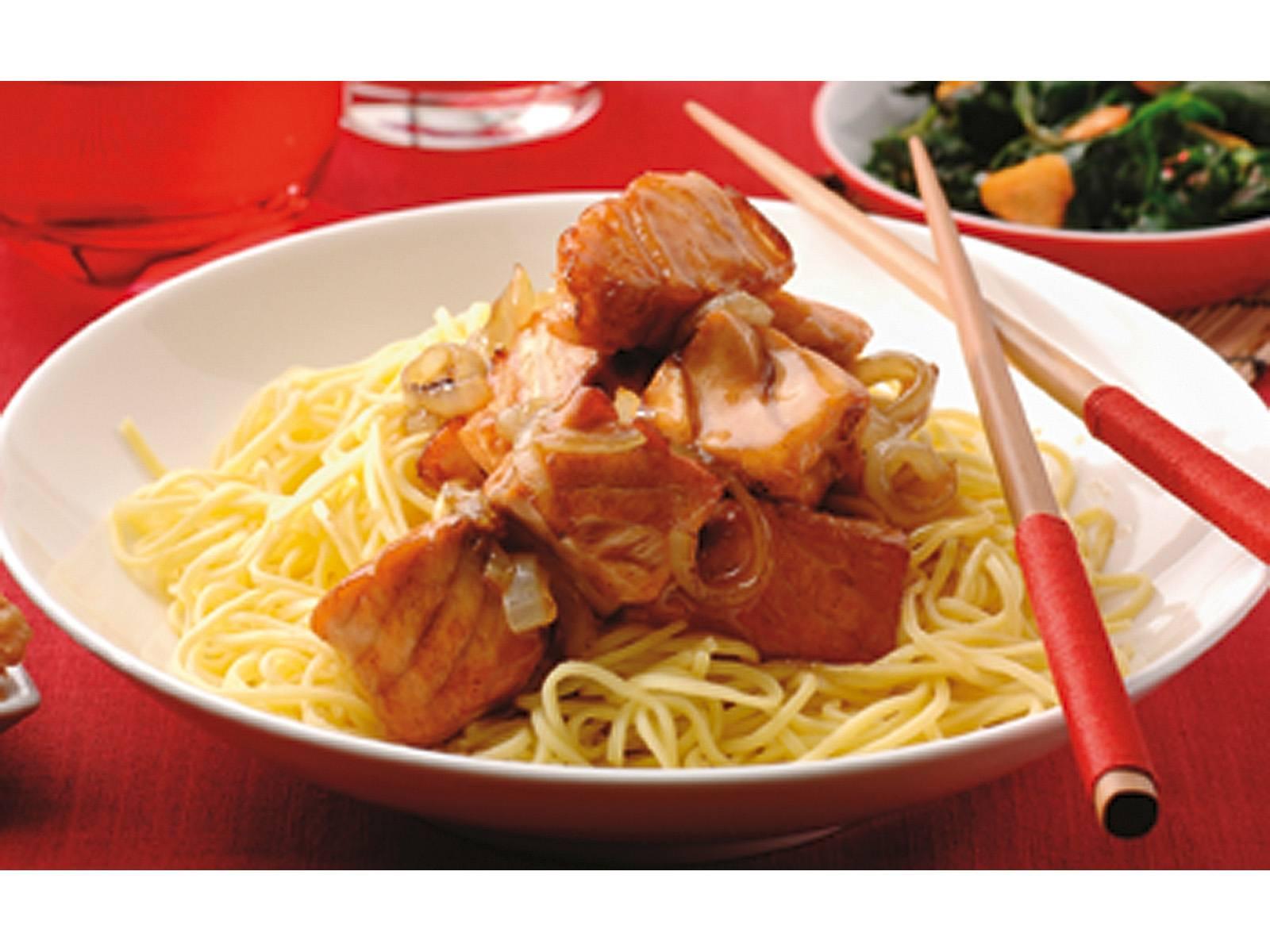 Five Spice zalm met gewokte knoflookspinazie en Chinese mie