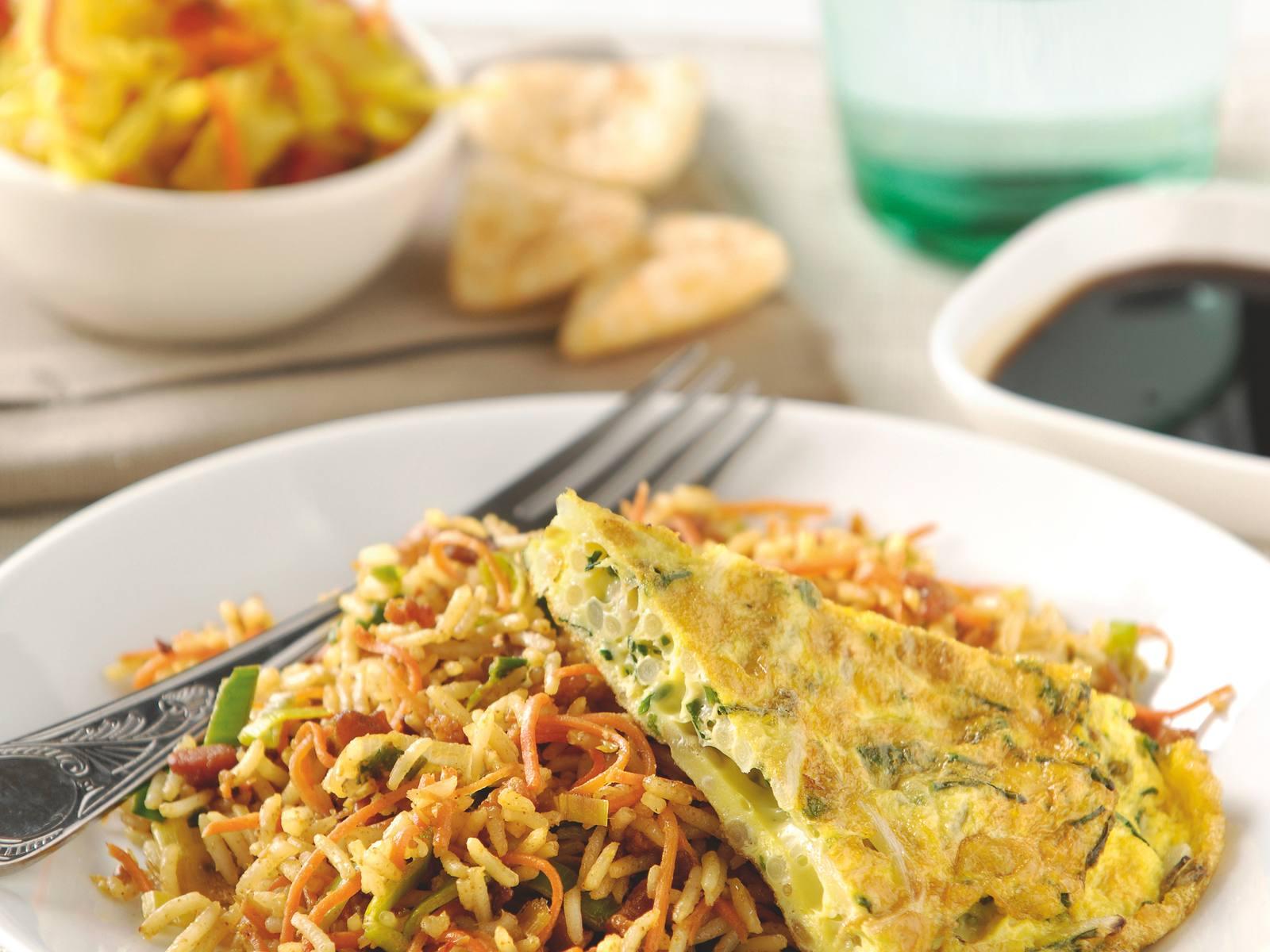 Nasi Goreng met een groene kruiden taugéomelet