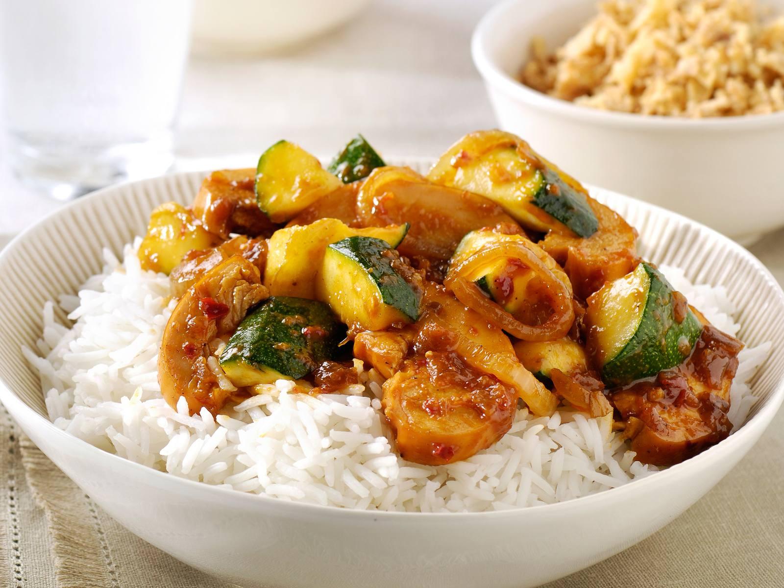 Ajam Smoor met gerookte kip & courgette met witte rijst