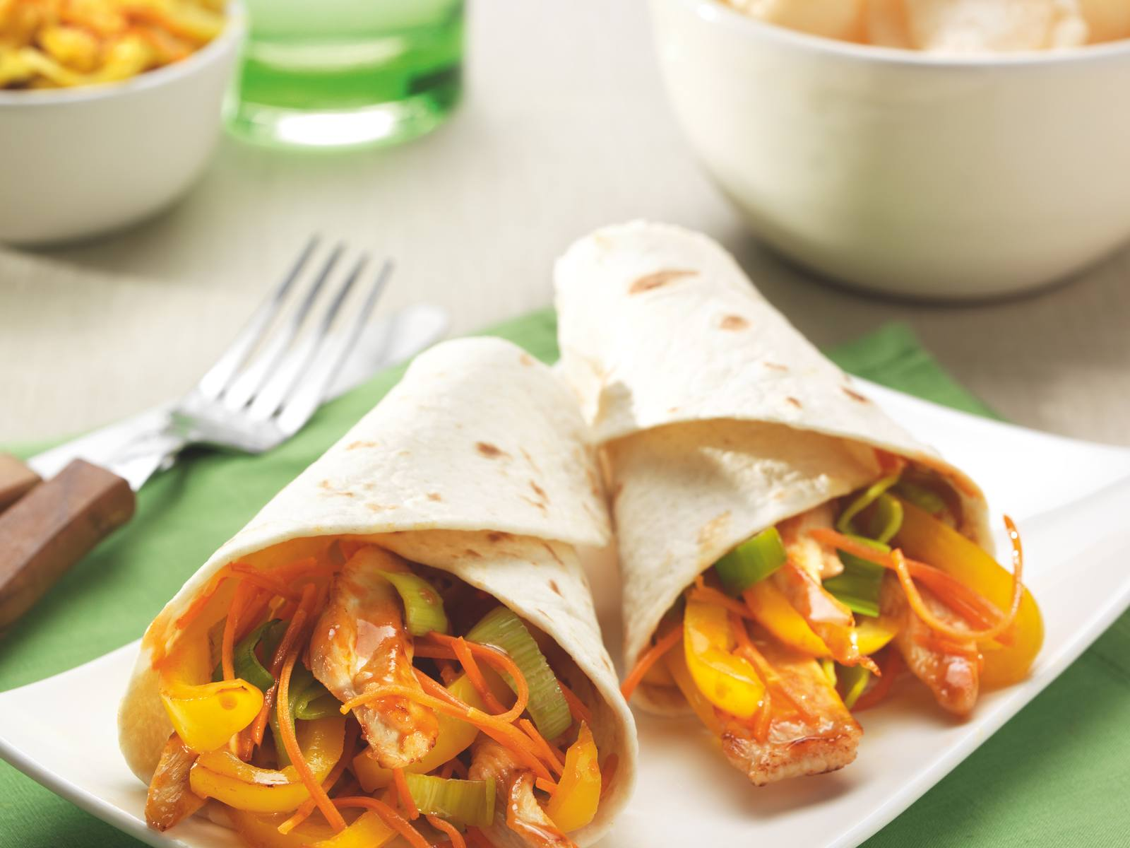 Sweet & Sour wrap met kip, wortel en paprika