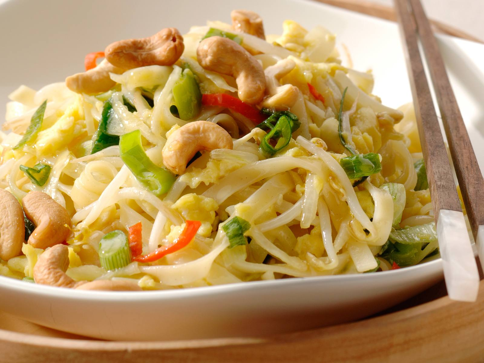 Thaise knoflook en koriandermie met roerei en cashewnoten