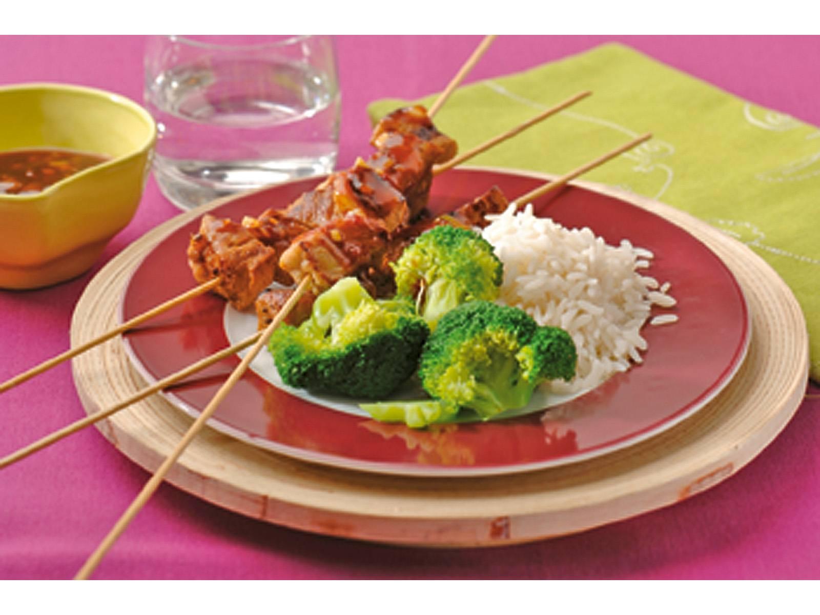 Sate met sambal ketjapsaus en broccoli