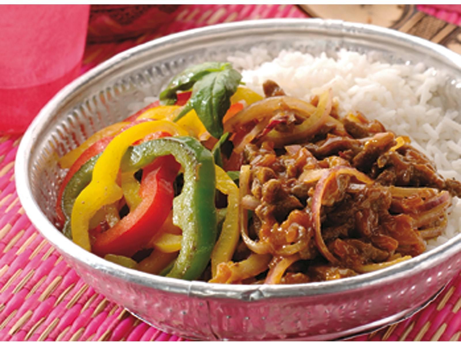 Rendang vlees met gewokte basilicumpaprika en rijst