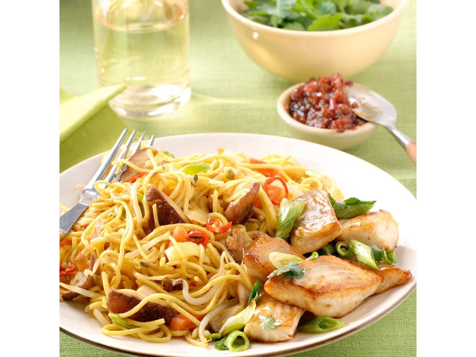 Bami Ketjap met shiitakes en knoflook koriander vis