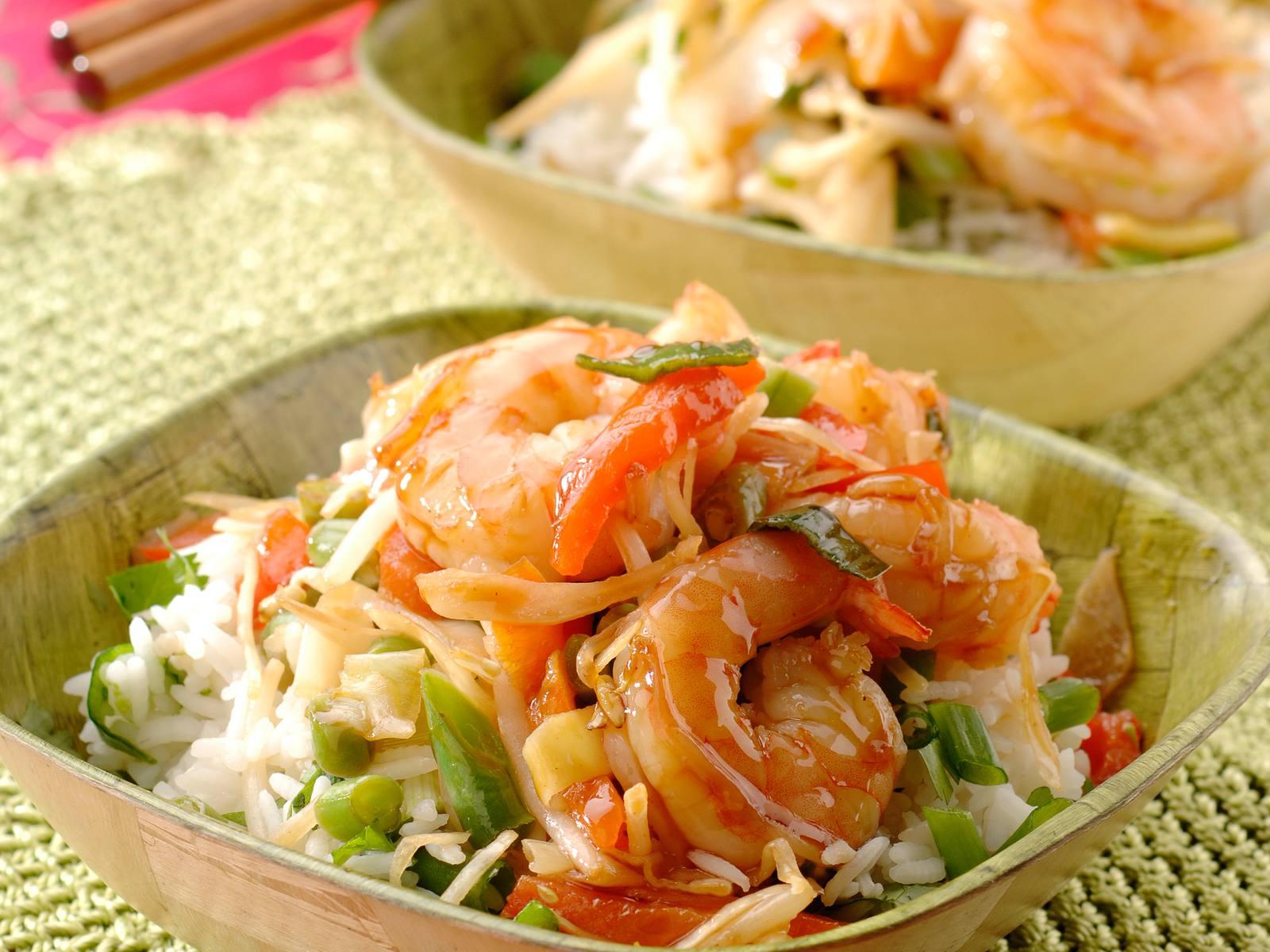 Gewokte zoete sojagarnalen met rijstsalade