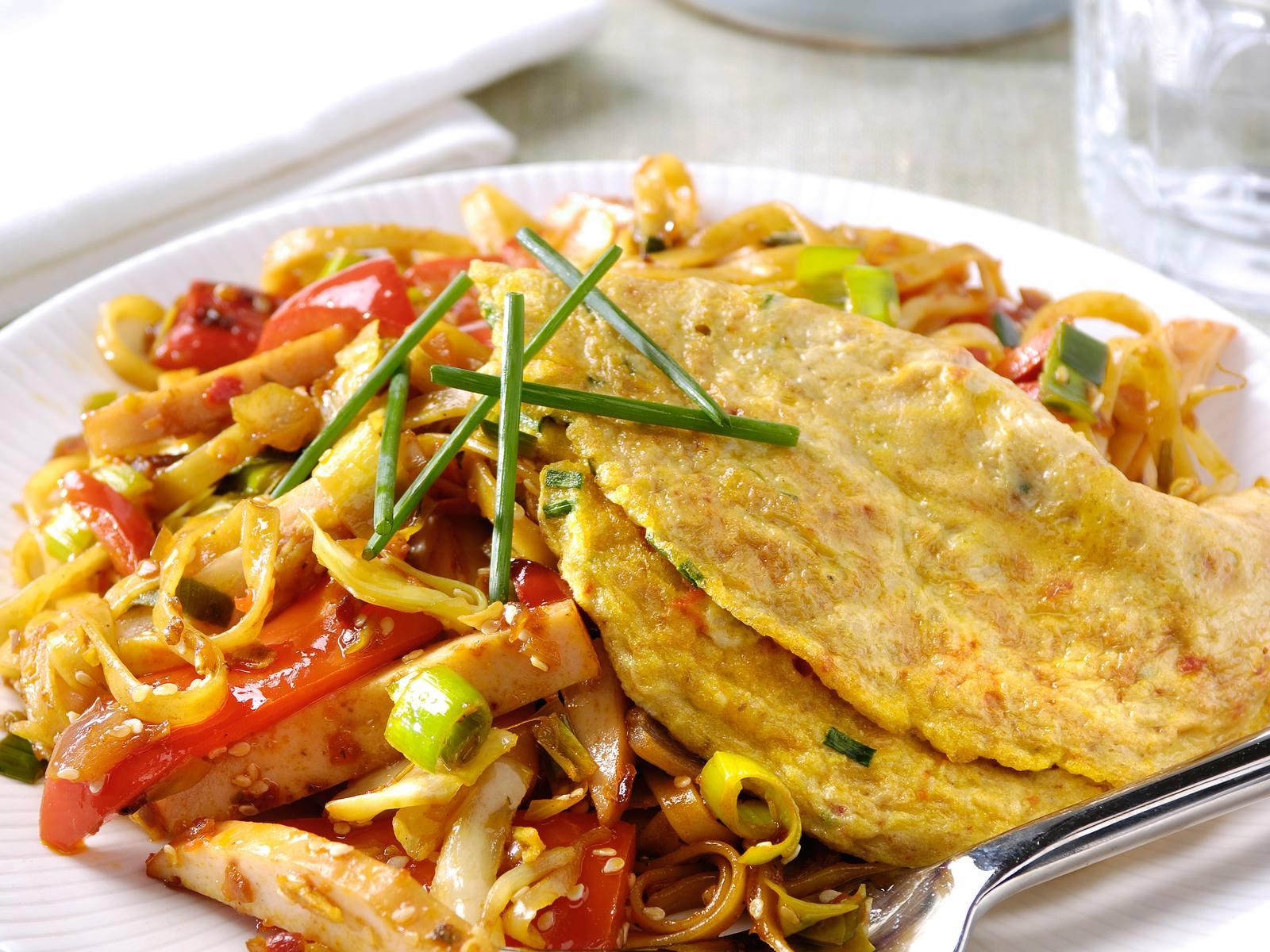 Sesambami met kip, rode paprika & Sambal Manis omelet