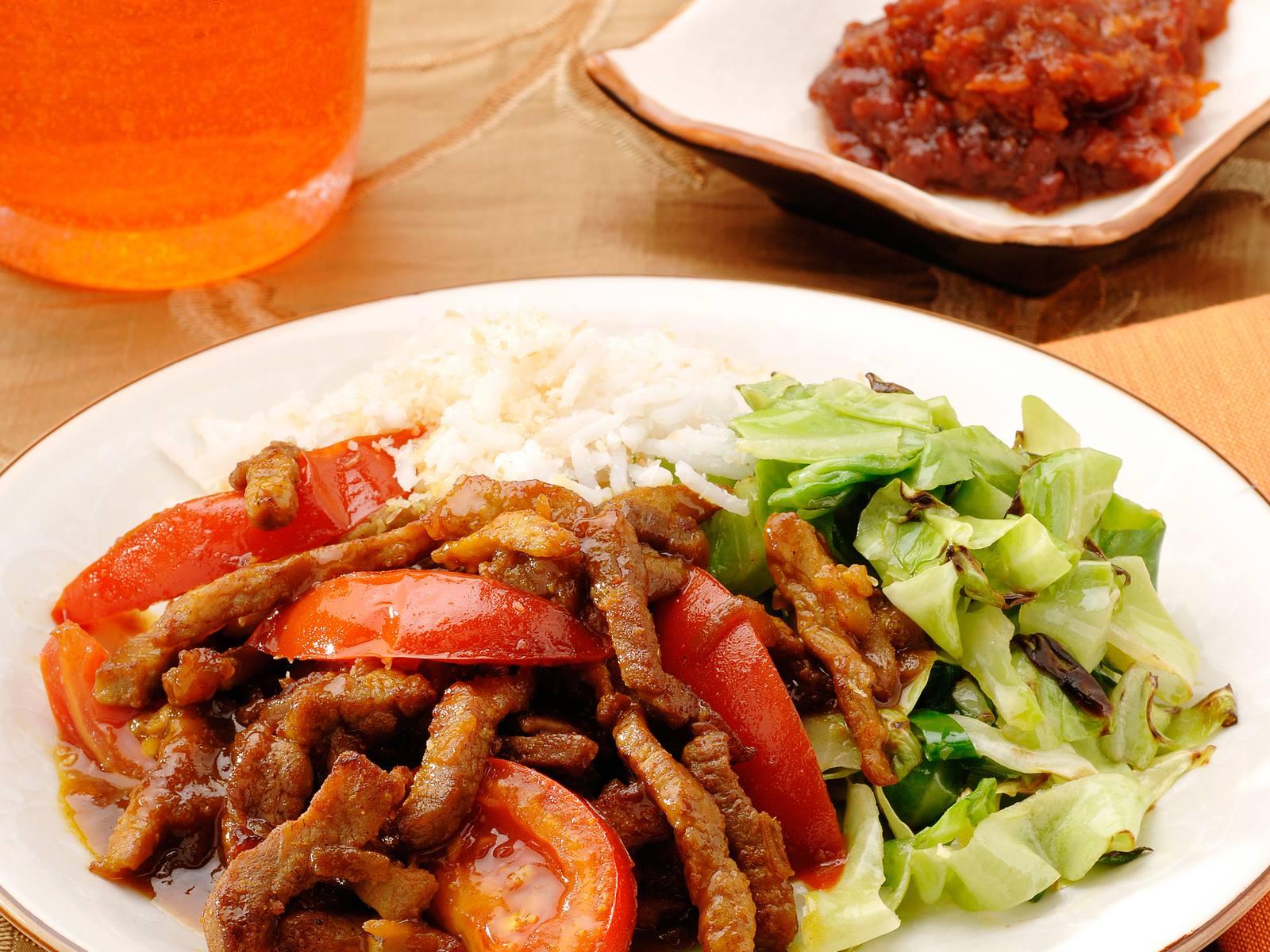 Rendang vlees met tomaten, kokosrijst en spitskool