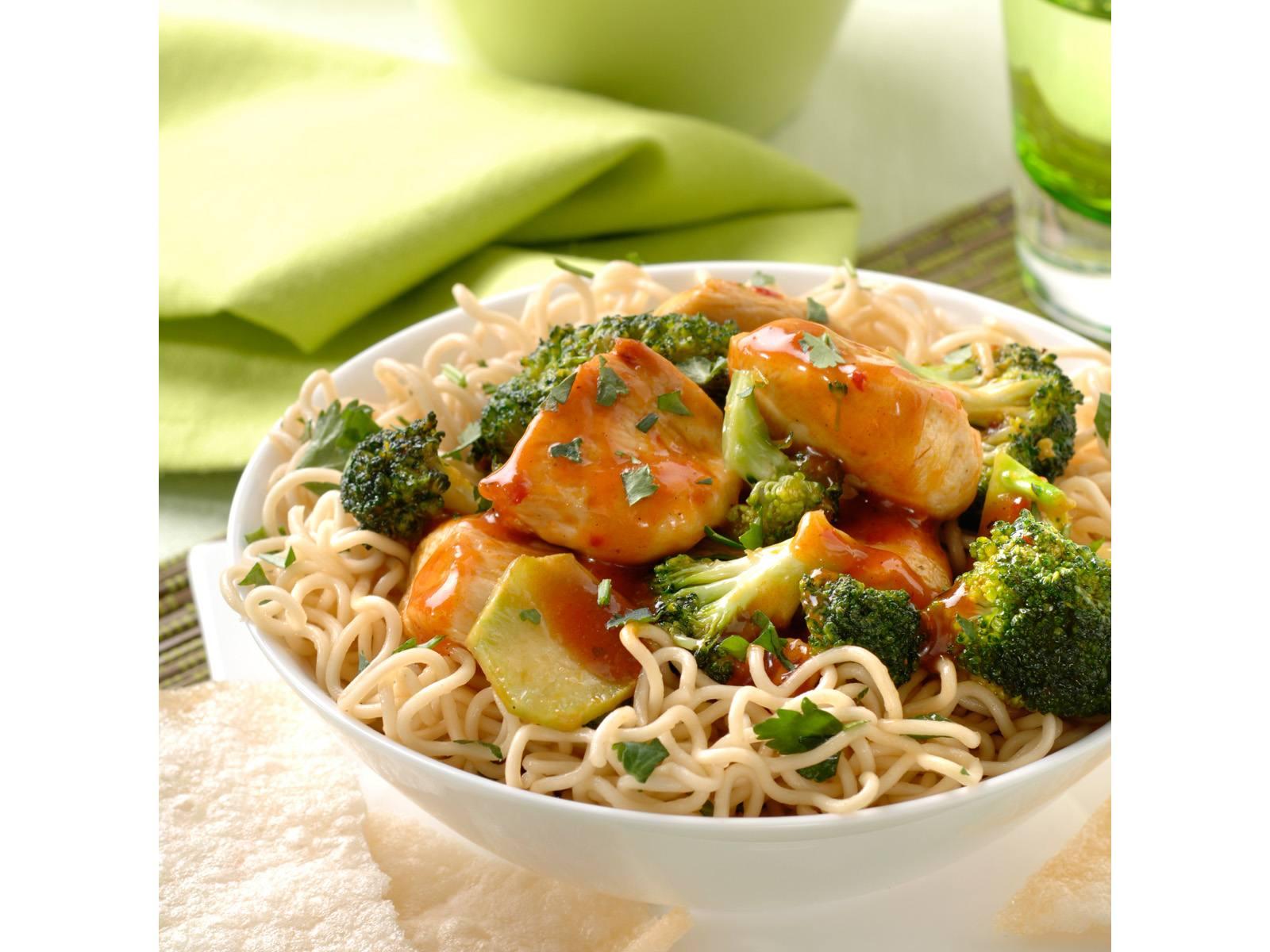 Rode Curry Kip met broccoli en koriandernoedels