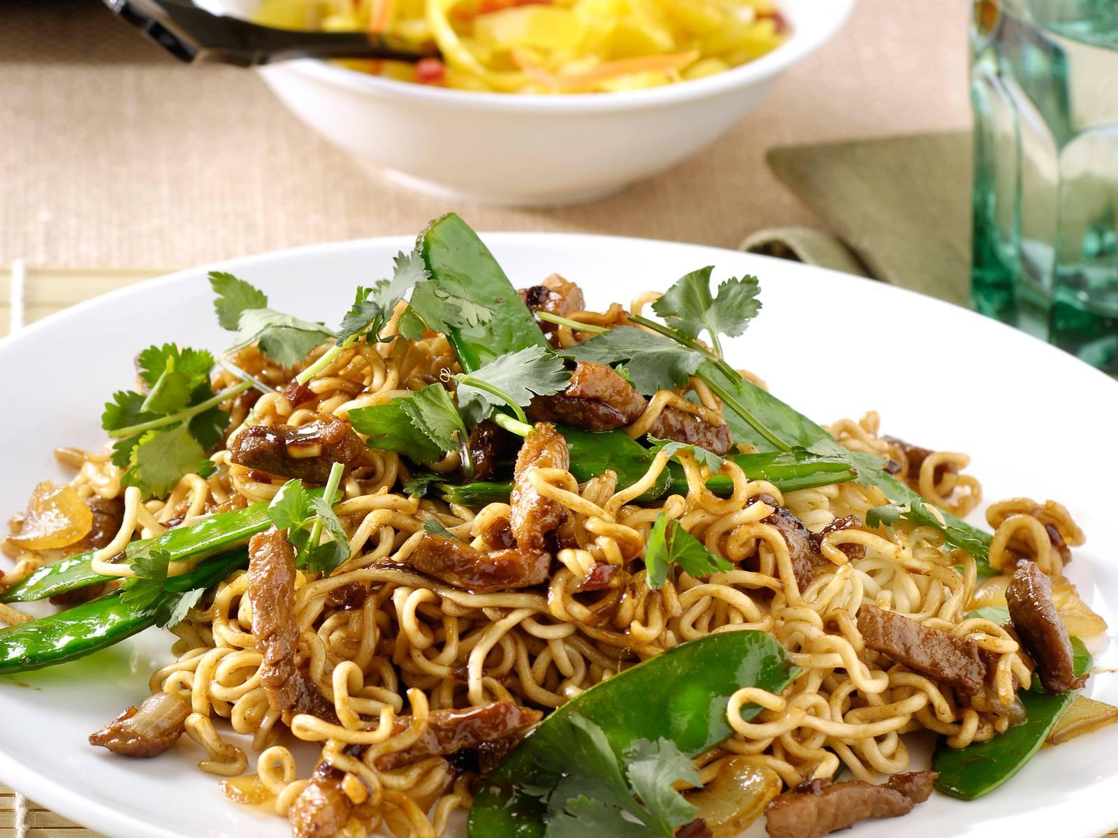 Babi Ketjap met vleesreepjes, peultjes en woknoedels