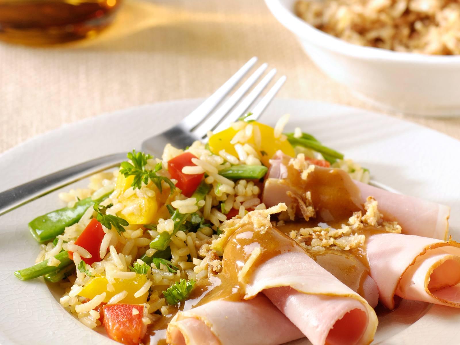 Rijstsalade met snijboontjes, ham en satésaus