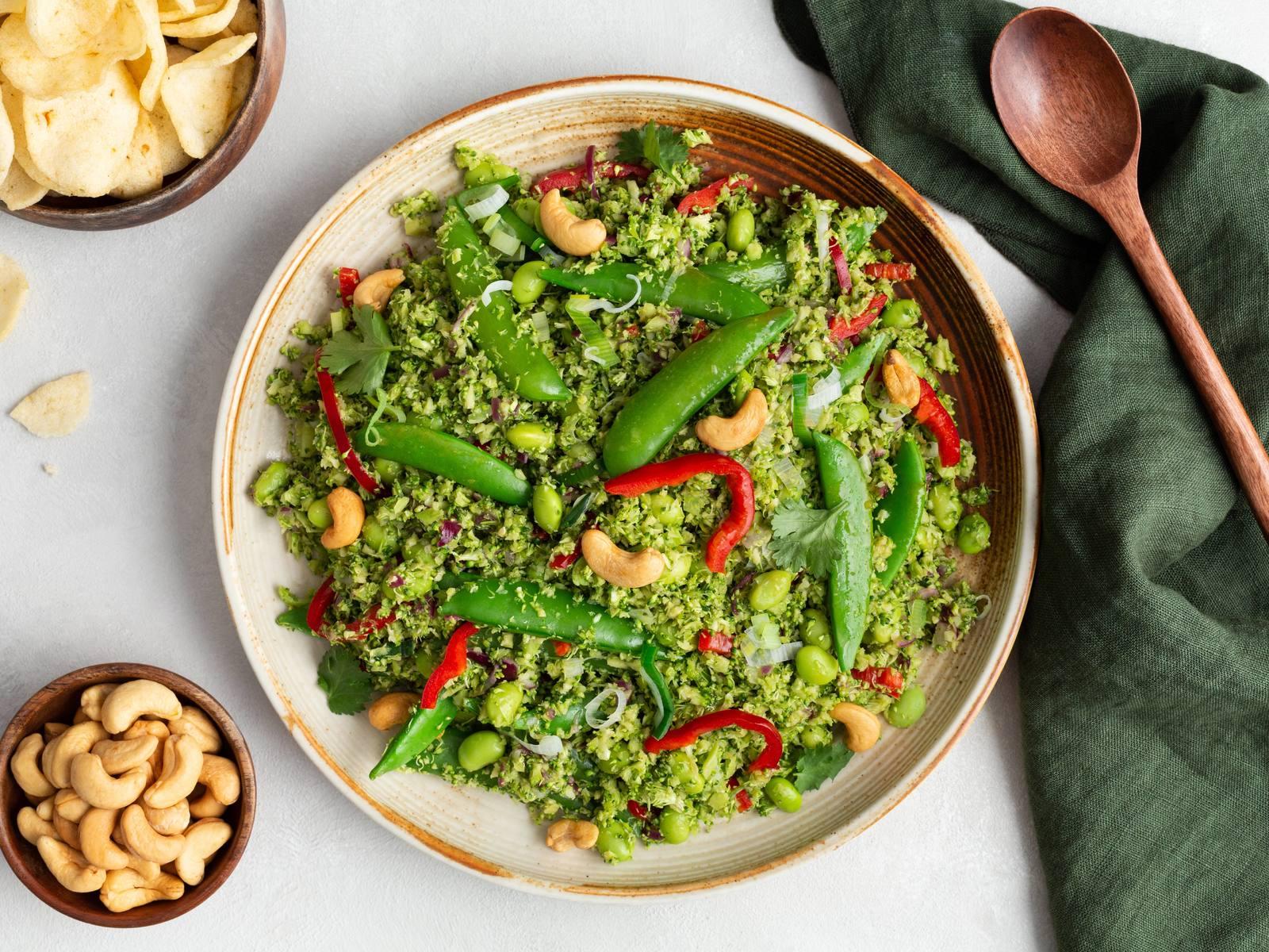 Groene wok met broccoli rijst en sugarsnaps