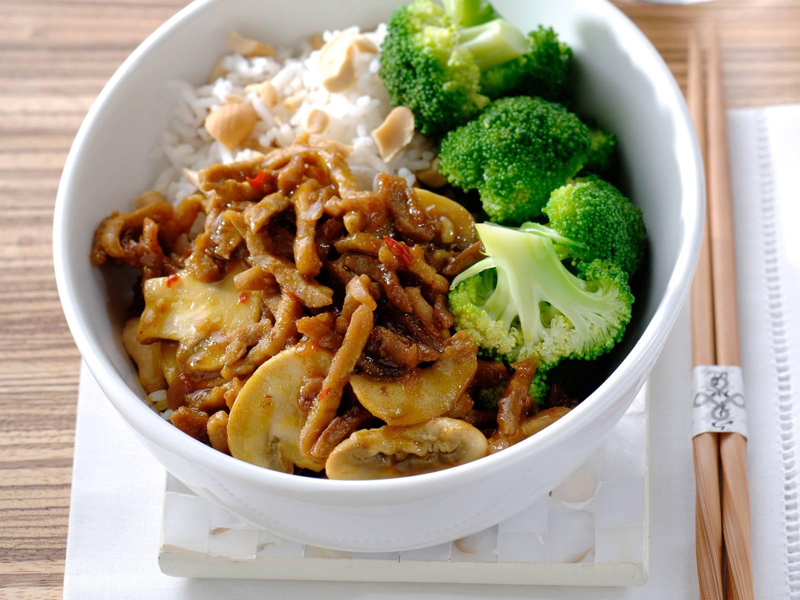 Rendang vlees met champignons, broccoli en rijst met cashewnoten