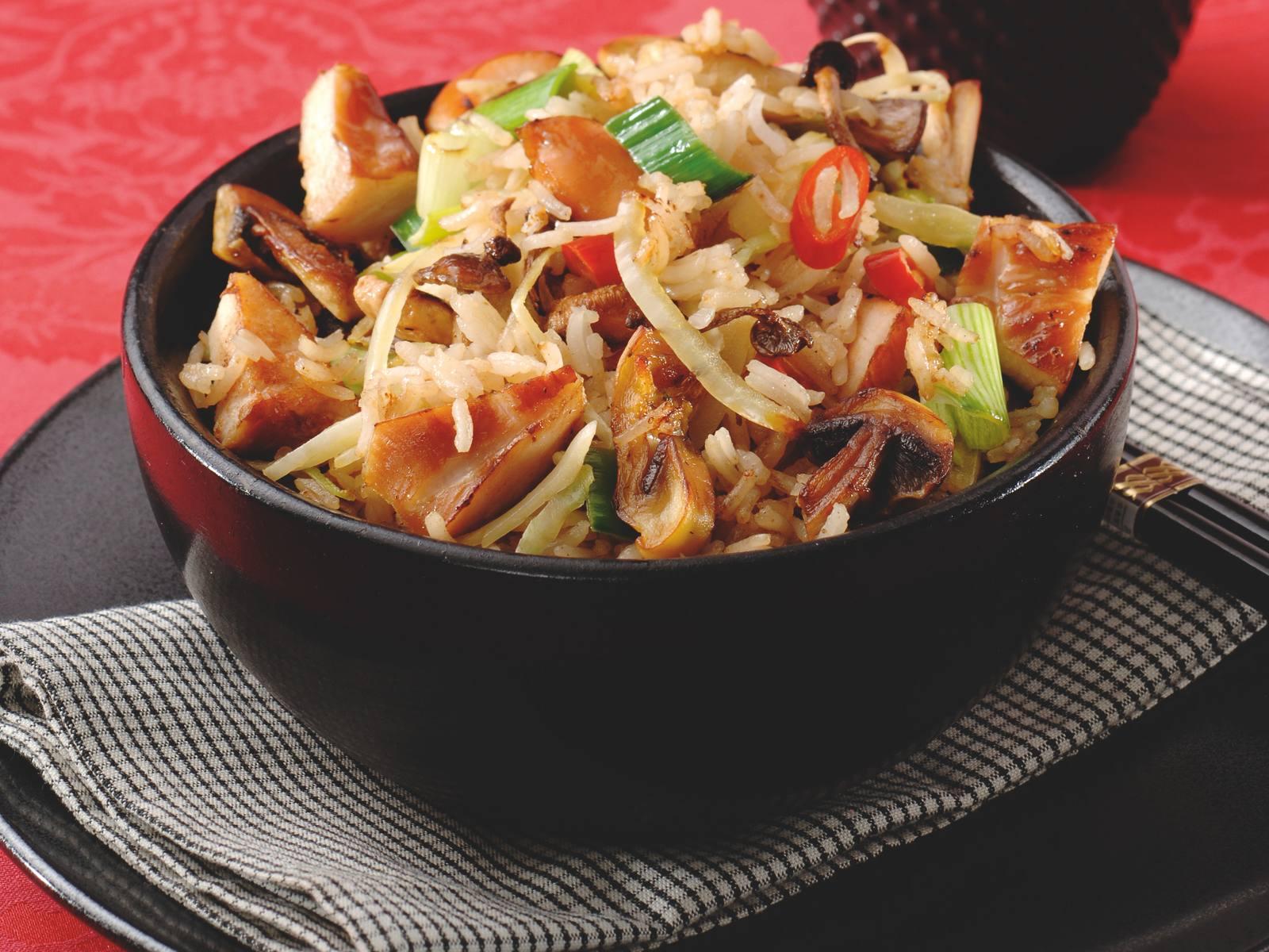 Gewokte Five Spice rijst met gerookte kip en paddenstoelen
