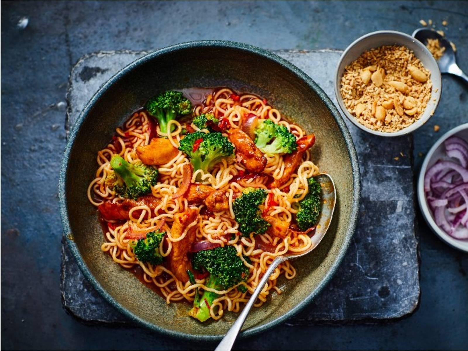 Sweet & Sour Woknoedels met kip, broccoli en seroendeng