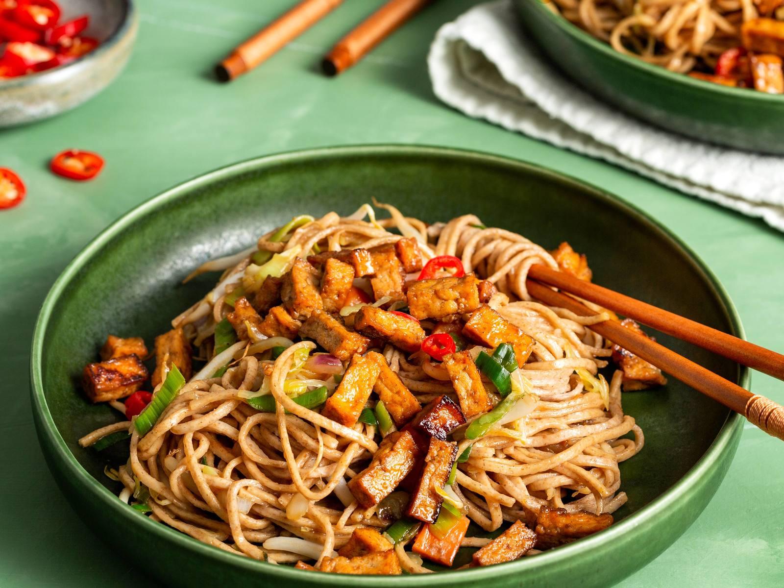 Volkoren noedels met groenten in teriyakisaus en tofublokjes