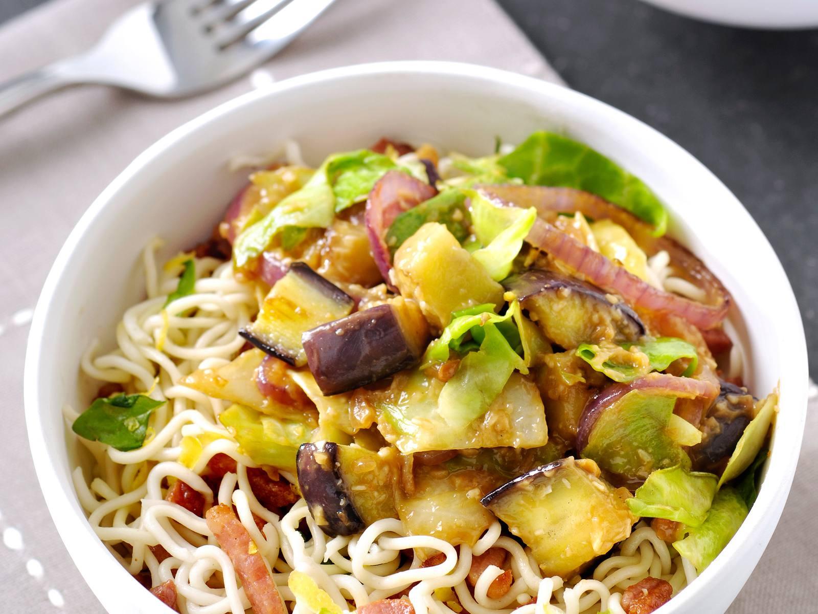 Groene groentecurry met spitskool & aubergine en noedels