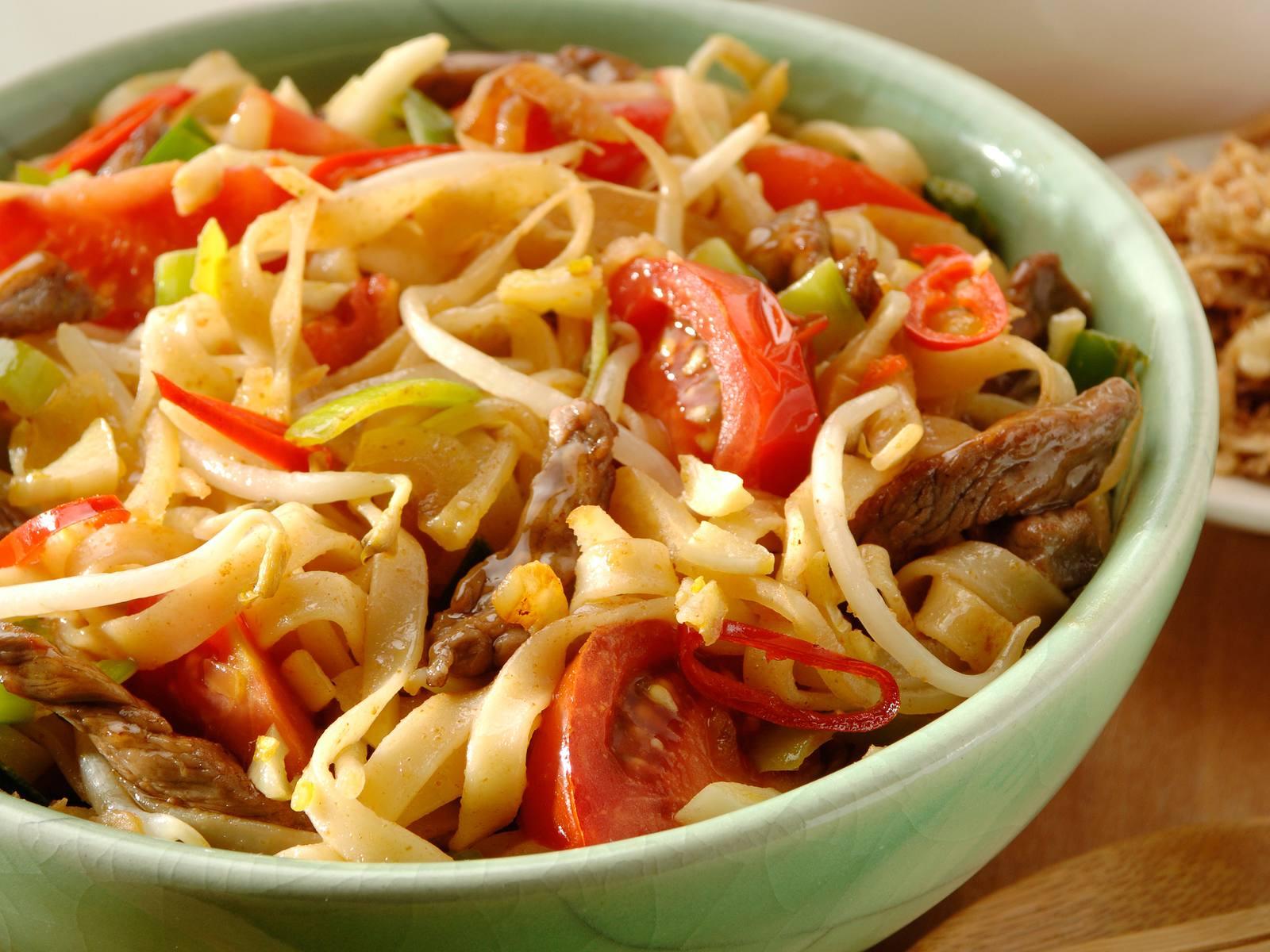Ketjapmie met tomaat en knoflook