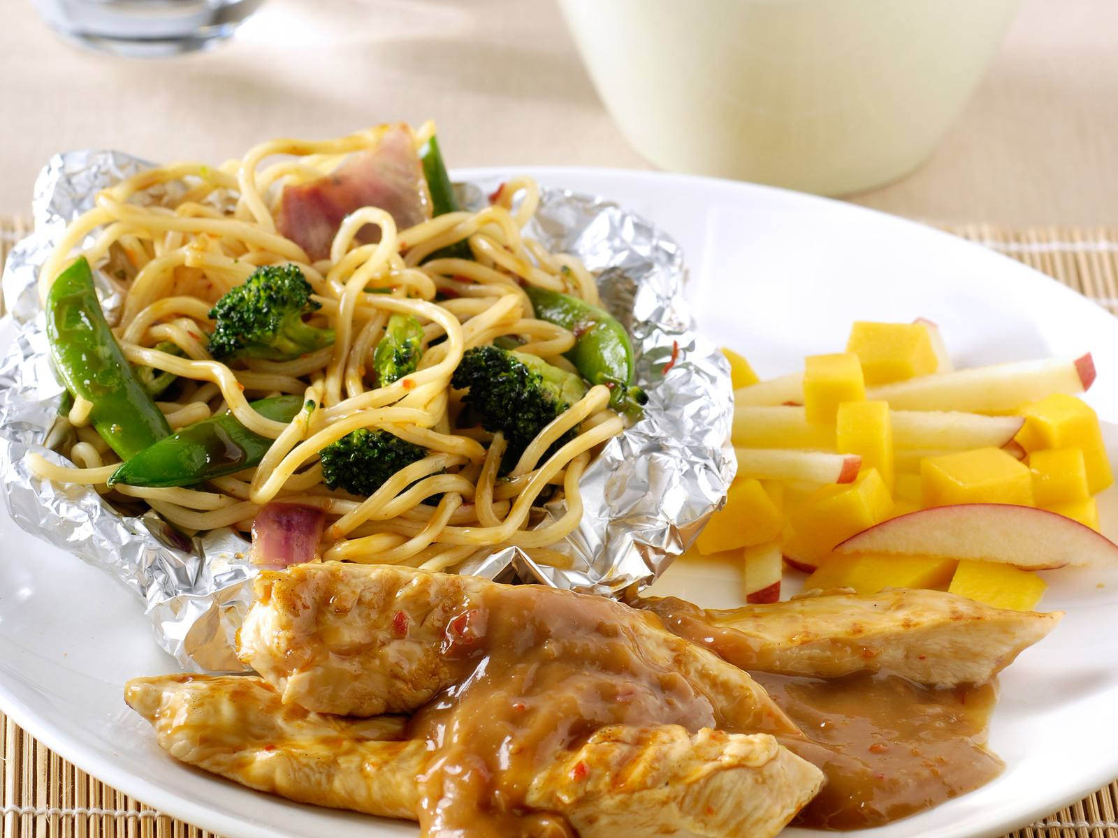 Pikante BBQ kipfilet, noedelpakketjes en mangosalade