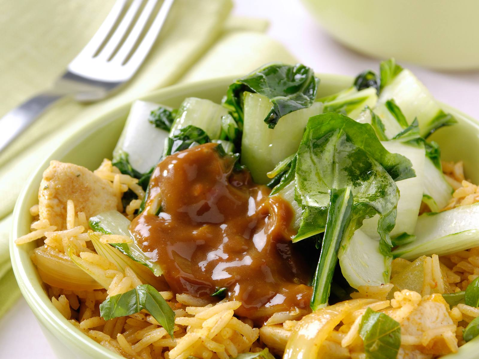 Thaise nasi met paksoi en pikante satésaus