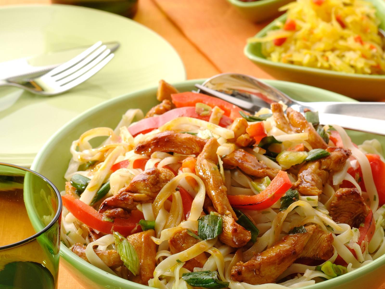 Bami Speciaal met bamboescheuten en kip