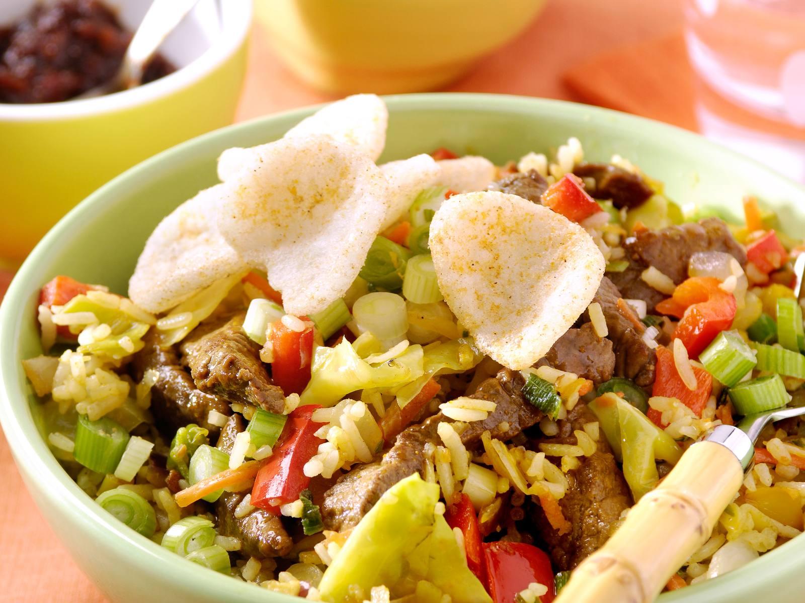 Nasi Speciaal met gember en lente ui en vleesreepjes en ketjap