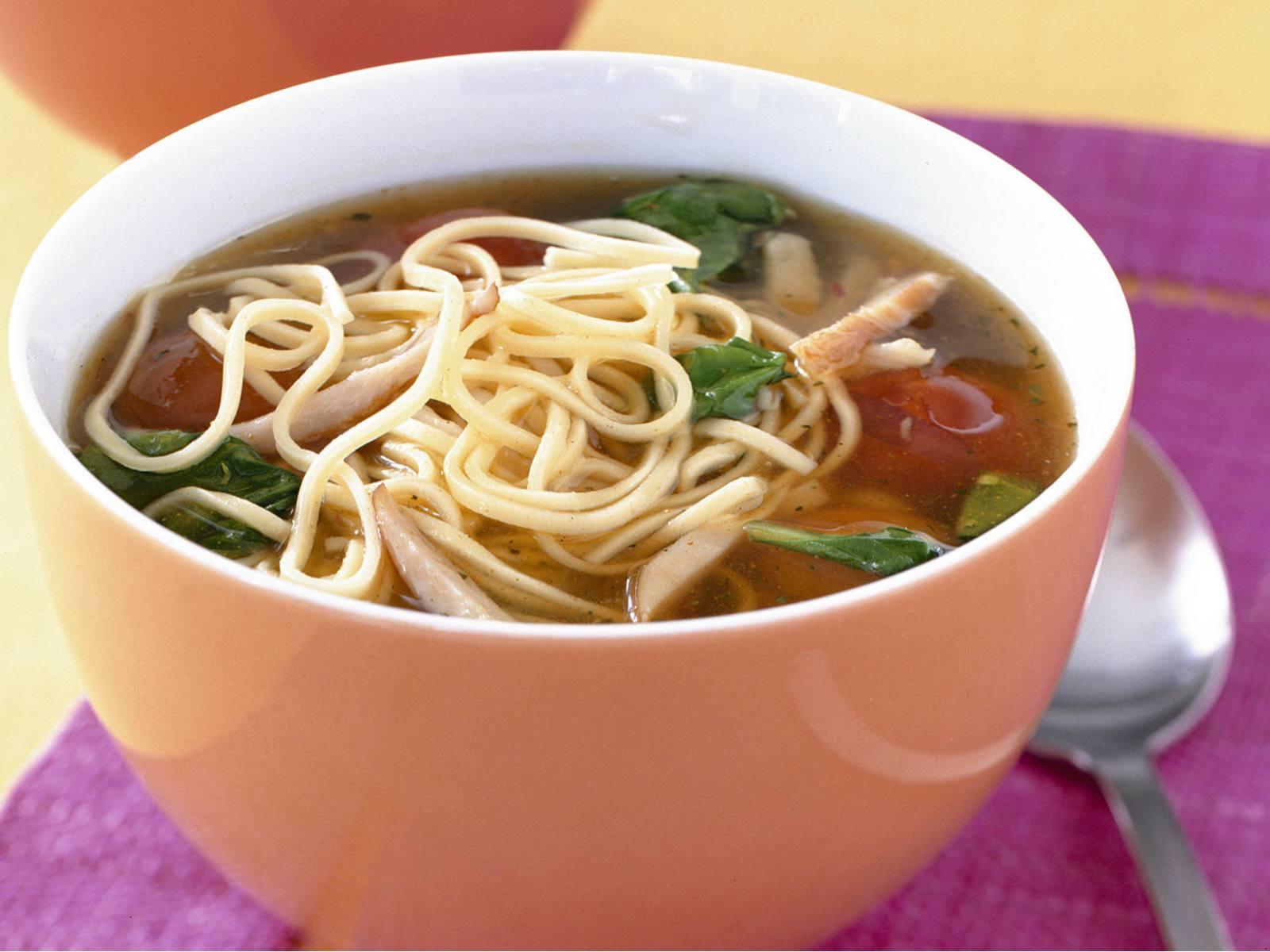 Noedelsoep met tomaat en spinazie